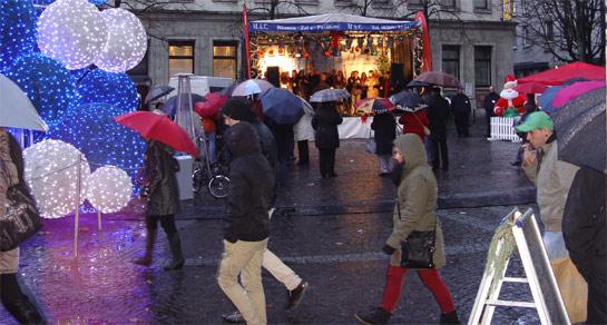 Es wird gesungen auf dem Weihnachtsmarkt in Gelsenkirchen.