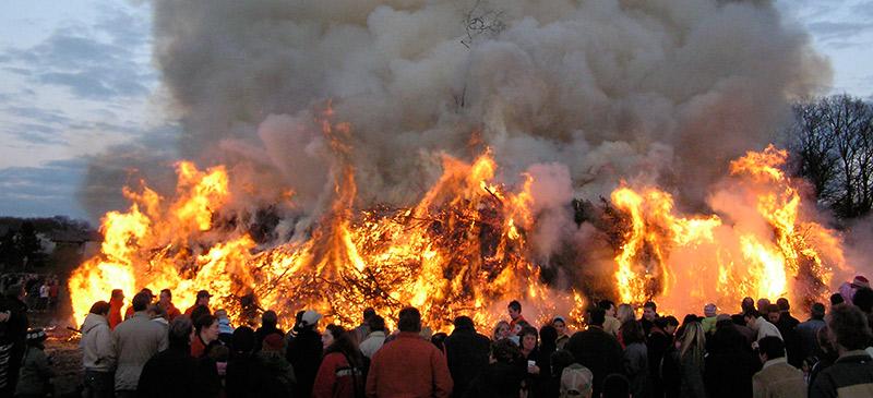Auch in diesem Jahr gibt es wieder Osterfeuer in Gelsenkirchen. Wo genau, erfahren Sie in diesem Beitrag. Sofern Sie die Termine weiterer Feuer kennen, würden wir uns freuen, wenn Sie diese in den Kommentaren mit uns teilen.