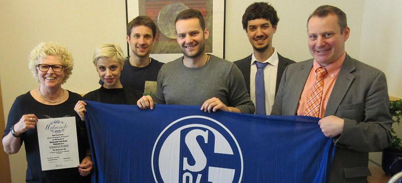 """Die aus Gelsenkirchen stammende Europaabgeordnete Gabriele Preuß (SPD) hat gemeinsam mit anderen Fußballbegeisterten im Europäischen Parlament den Schalke-Fanclub """"Euro Knappen Brüssel"""" gegründet."""
