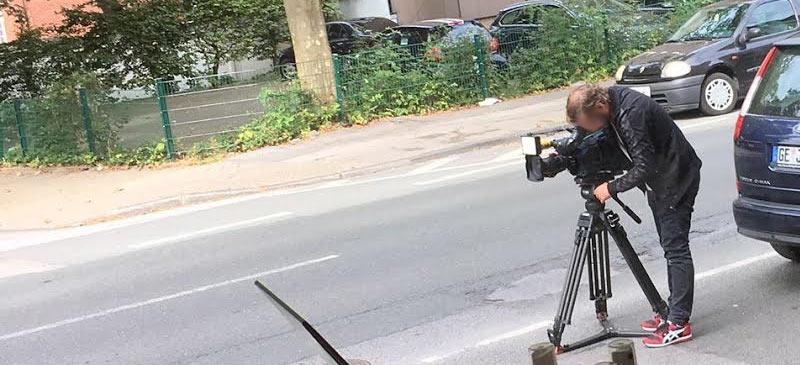 Überfall auf eine Rettungswagenbesatzung in Bismarck. Die Medienberichterstattung deckt viel auf, sie stellt aber den falschen Akteuren die falschen Fragen. So profitiert am Ende nur der braune Mob.